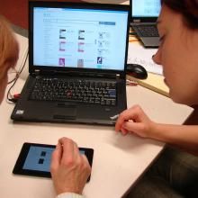 A librarian shows a library user how to borrow Estonian liberature online.