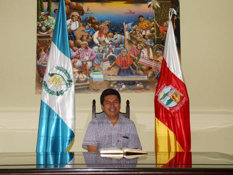 HIGH-LEVEL SUPPORT: Mayor of San Juan la Laguna, Mr Antonio Rodolfo Pérez, supports the library's service because it increases women's income.
