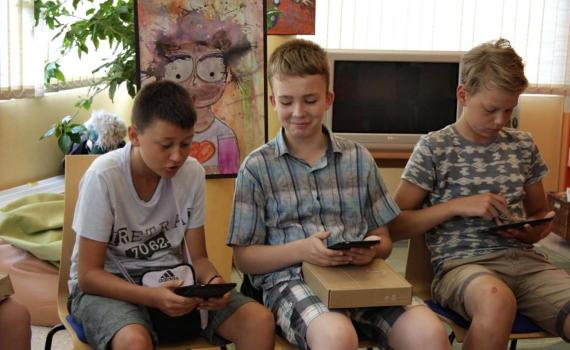 kids in the library use tablets